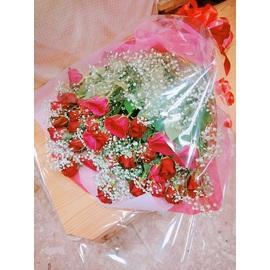たくさんのバラとカスミ草の花束